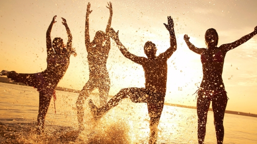 wallpaper-beach-happy-people.jpg